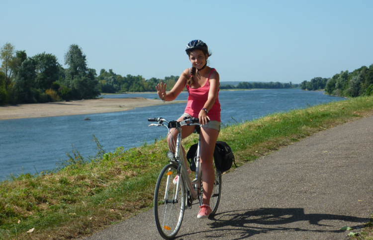 Blick auf Radfahrerin auf dem Loire Radweg