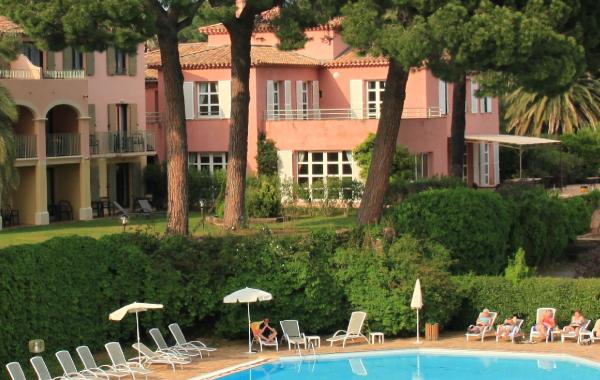 Blick auf den Außenbereich eines Hotels mit Schwimmbad France à Vélo