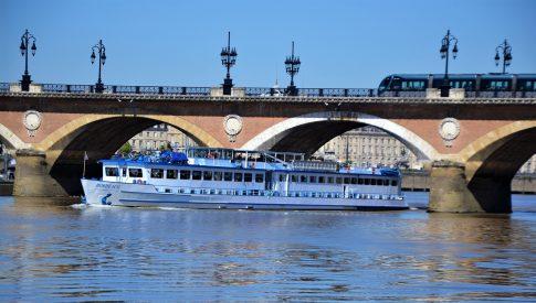 Blick auf das Schiff MS Bordeaux während es unter einer Brücke hindurch fährt