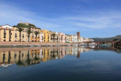 Blick auf die Stadt Bosa auf Sardinien