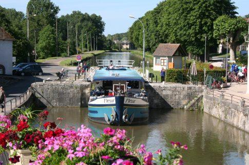 Blick auf einen Kanal mit Boot